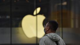 Человек перед зданием Apple