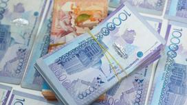 Пачки денег 10-тысячными купюрами