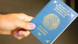 девушка держит паспорт в руке