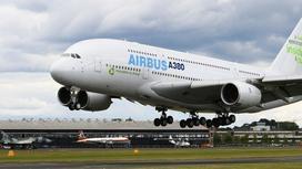 самолет взлетает на фоне облачного неба