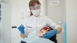 Стоматолог лечит зубы женщине