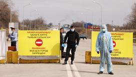 Медики и полицейские стоят на блокпосту в Алматы