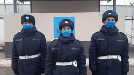 Трое нацгвардейцев стоит на улице