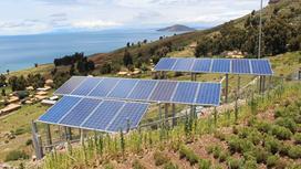 Солнечные панели установлены на склоне холма