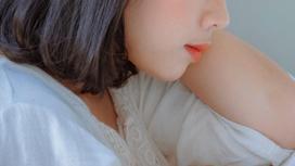 Девушка в белой одежде