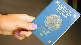 Девушка держит в руках паспорт РК