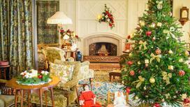елка, камин, стол, игрушки в комнате