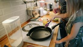 Девочки готовят на сковороде