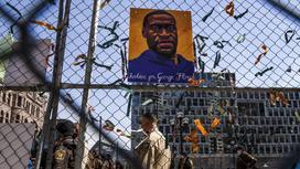 Портрет Джорджа Флойда на заборе