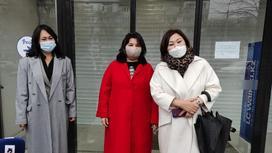 три женщины стоят в масках