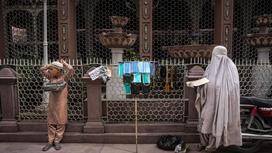 Мальчик и женщина продают маски