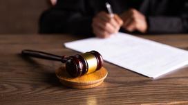 Судья сидит за столом