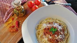 Аппетитное спагетти на столе