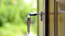 Ключ вставлен в замочную скважину в двери