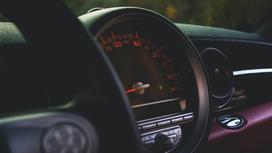 Руль и панель в автомобиле