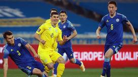 Футболисты сборных Казахстана и Украины во время игры
