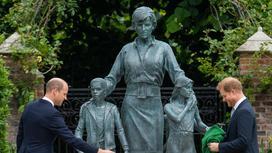Сыновья принцессы Дианы около ее памятника