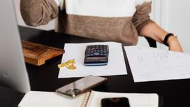 Женщина сидит за офисным столом