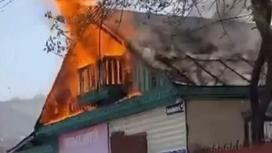 Дом горит открытым пламенем