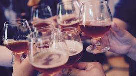 люди держат в руках бокалы с напитками