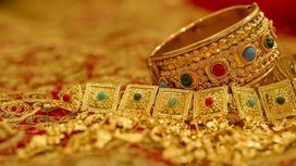 Золотые украшения лежат на столе