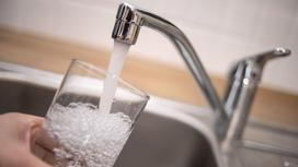 Воду из крана наливают в стакан