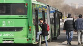 Парень садится в автобус