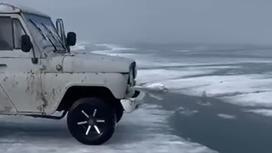 Внедорожник стоит на краю льдины