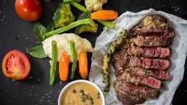 Блюдо с мясом на столе