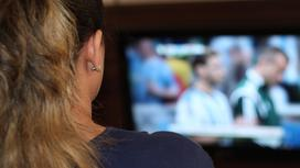 Девушка смотрит телевизор