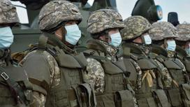 Военные стоят в строю
