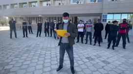 Рабочие зачитывают требования перед зданием акимата в Жанаозене