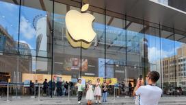 Человек фотографирует офис Apple