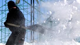 Мужчина чистит снег