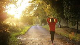 Девушка идет по дороге в парке