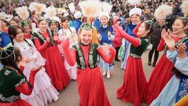 Девушки танцуют в казахских национальных нарядах