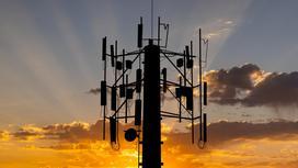 Вышка сотовой связи на фоне неба