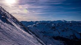 Солнце светит в горах