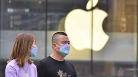 Люди проходят мимо магазина Apple в Пекине