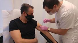 Алессандро Равальоли получает вакцину