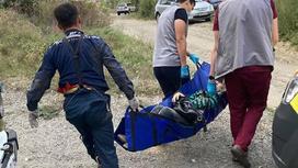 Спасатели несут пострадавшую