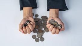 Монеты зажаты в руках