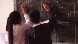 школьники пишут мелом на доске