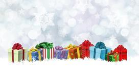 Новогодние подарки в коробках на фоне снежинок