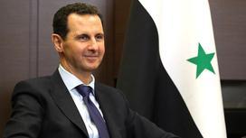 Башар аль-Асад на фоне флага