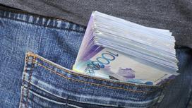 Пачка денег в кармане брюк