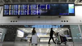Пассажиры с чемоданами в аэропорту