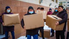 мужчины держат продуктовые корзины