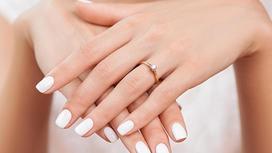 рука девушки с обручальным кольцом на пальце