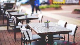 Столик на летней террасе кафе